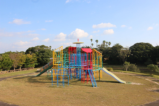 宇宙ヶ丘公園は遊具まで宇宙テイスト。UFOみたいでかっこいい。