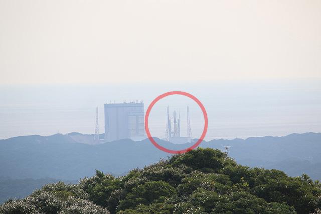 ここでも待機中のロケットが見える。フェス会場からヘッドライナーの楽屋がペロッと全部見えてんぞ、みたいな話だ。
