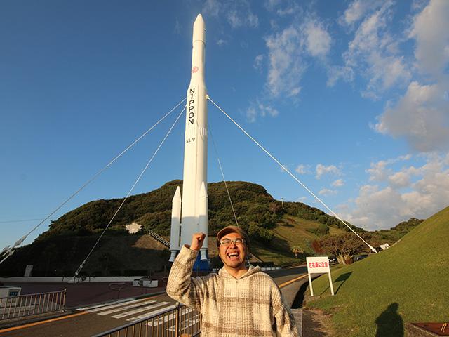 宇宙センター内、N-Iロケット前で会心のガッツポーズ。
