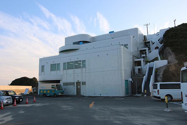 ここが竹崎観望台!建物内にプレスセンターと、屋上にひな壇みたいな観望席がある。
