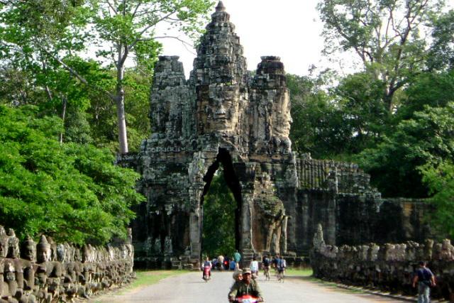 クメール王朝の都城「アンコール・トム」の入口