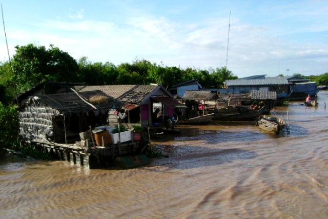 その途上では水上生活をする人々の家も見られた
