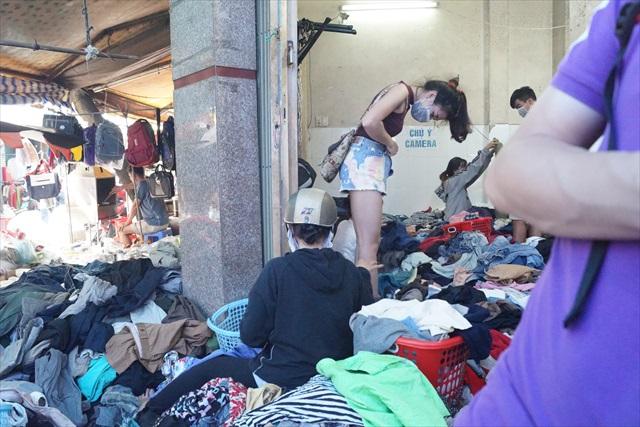 ズボンの上から試着している人もいた、彼女は業者ではなく個人なのかも。