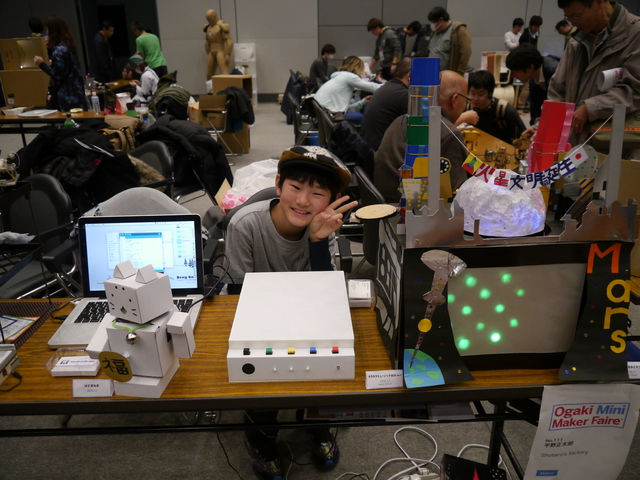 彼が正太郎くん。これまでに作った作品を展示している。
