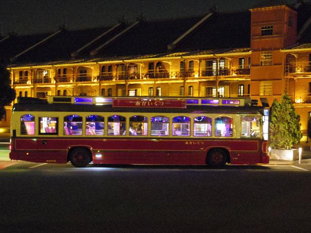 夜の赤レンガ倉庫を走るイルミネーションバス