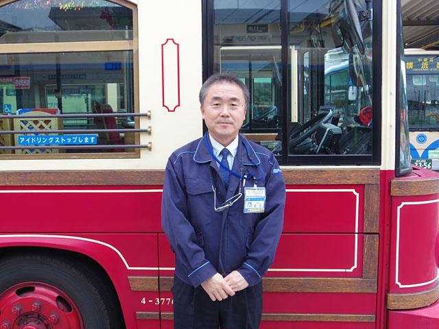 レトロ調のあかいくつバスの前で写真撮影に応じて下さったのは横浜市交通局本牧営業所副所長の足立さん