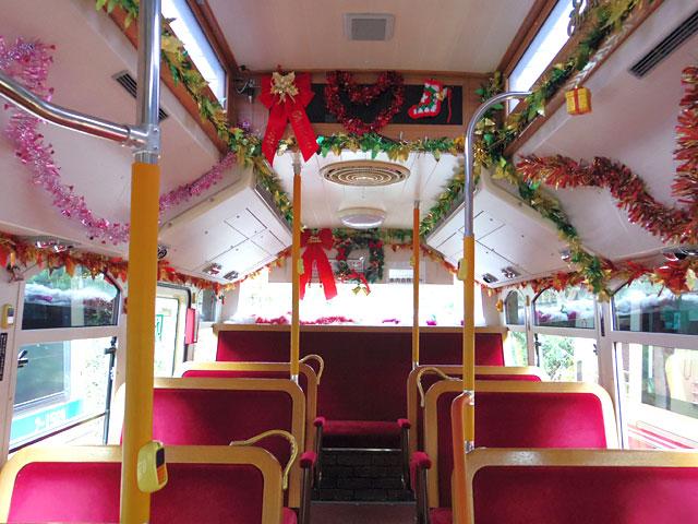 レトロなバスの配色とクリスマスの装飾が絶妙にマッチする