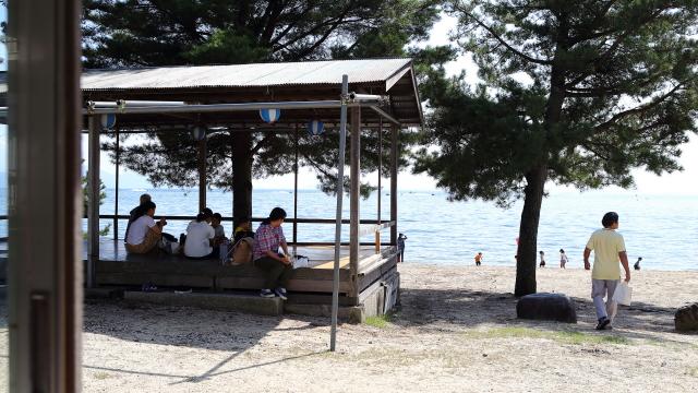 子どもはガンガンに泳ぎ、保護者は日陰でのんびり。滋賀出身の知人は琵琶湖で泳ぐことを「海水浴」と言っているが、なるほどこれは海だ。