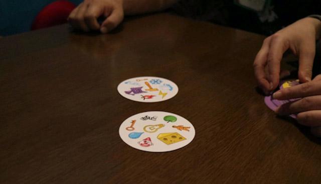 写真のような8種類の絵が描かれた丸いカードを使用する