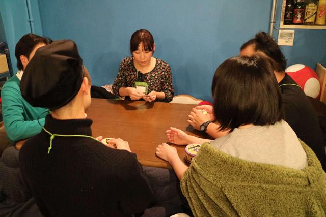 アソビcaféでは知らないゲームでも、はじめにオーナーのだてさんがルールを説明してくれる。