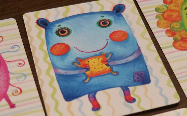 子供らしきキャラクターを抱っこしている青いキャラクター。
