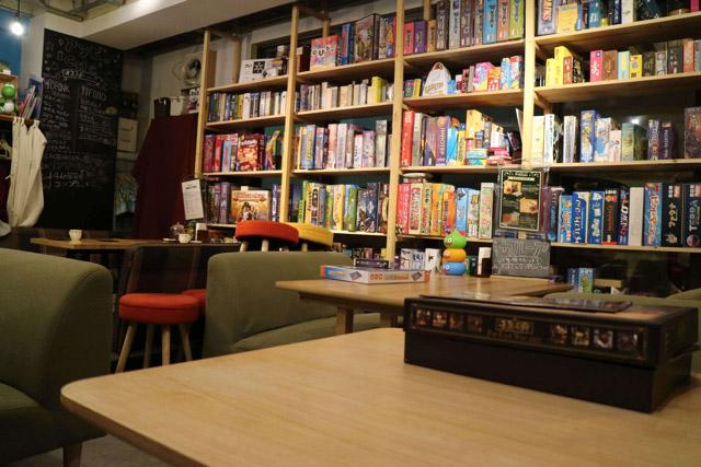 中は普通のカフェのようだが無数のボードゲームが置いてある。