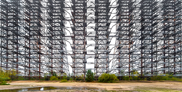 チェルノブイリの軍事基地跡で巨大なOTHレーダーを見ました。巨大すぎて模様みたいになってます。付随する施設の廃墟もすごい!(藤原)