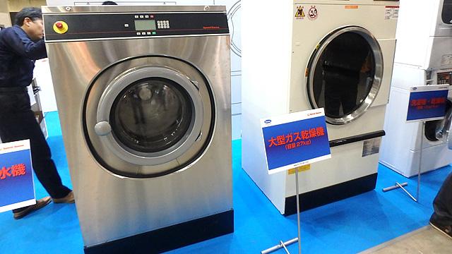 コインランドリーやクリーニング店で使われる業務用洗濯機。コインランドリー経営は地味に儲かるそうです。