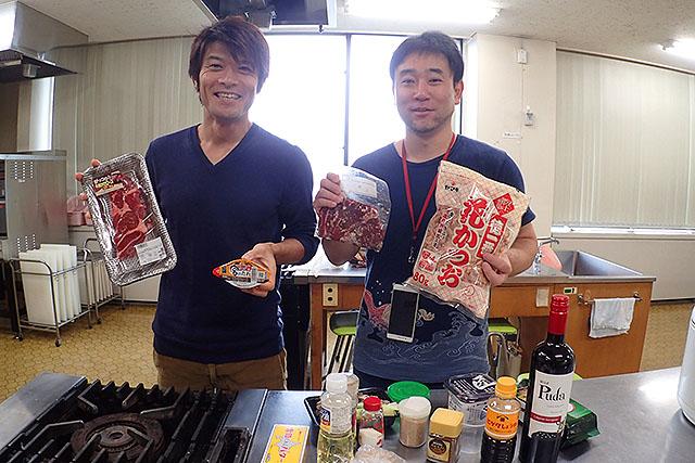 左が編集部の安藤さん。普段は家族の朝ご飯を作っているらしい。右は筆者、松本。家では炊事と掃除を担当しているが、そこまで手間をかけた料理はしない。
