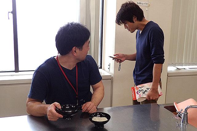 スマホでなにかやっている安藤さん。