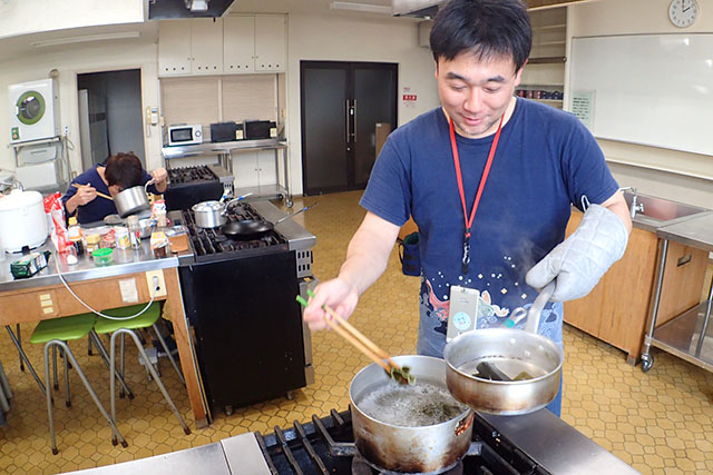 鍋から直接食ってやがる。