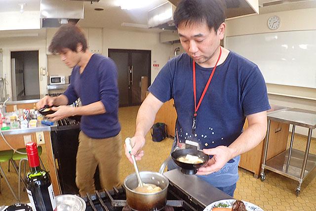 味噌汁とごはんを盛り付け。
