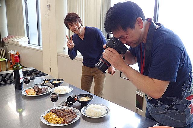 完成写真を撮る。安藤さんはまた暇そう。