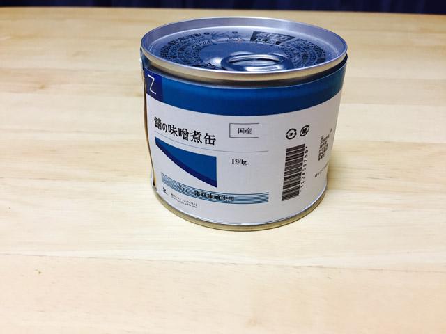 サバ缶。完全に非常食である。さっきまでの金ピカが嘘のようだ。