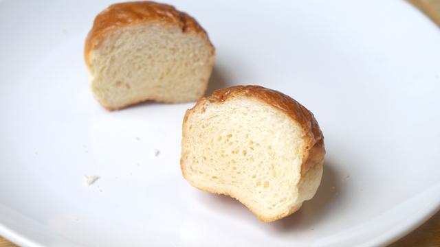 ふわっとした食材はレンジにかけて少し置くとガリガリになるという法則がある。ロールパンは丸ごとガリガリのラスクに。新聞に載せるレベルのスクープ。