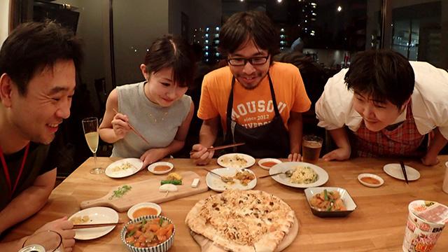 そもそもの「謎肉」がすでにおもしろいのでもう説明不要なのだが、記事には鎌田さんという知らない方が突然あらわれてうまい料理を作っていくくだりがあり必見。誰だ(キッチンスタジオのオーナーです)。