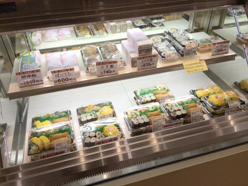 回転寿司の「海鮮三崎港」もこの「すし遊洛」も調べたら京樽のグループだった。「すし遊洛」、茶巾寿司が京樽のやつだ