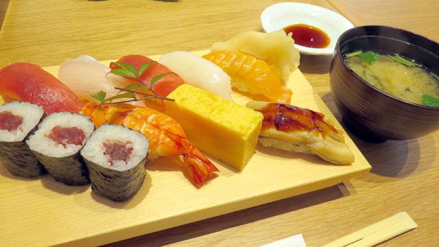 見本のような江戸前の握り寿司が出てきた。これ出てきたらみんな納得するわな