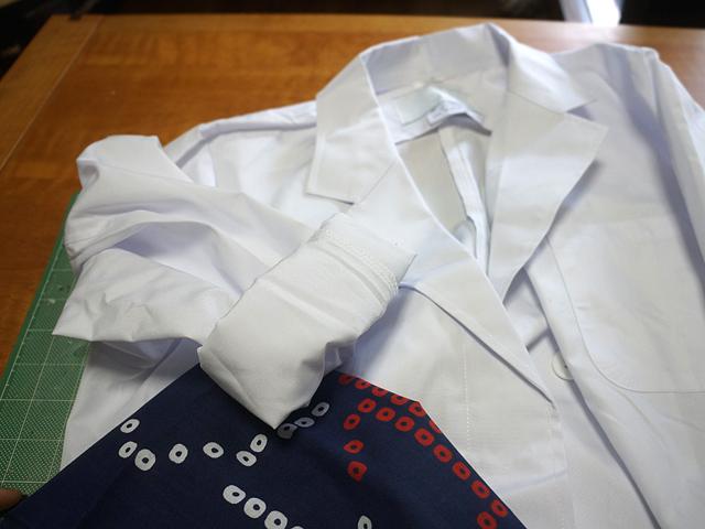 紺系の手ぬぐいとともに、白衣。もうおわかりですね。