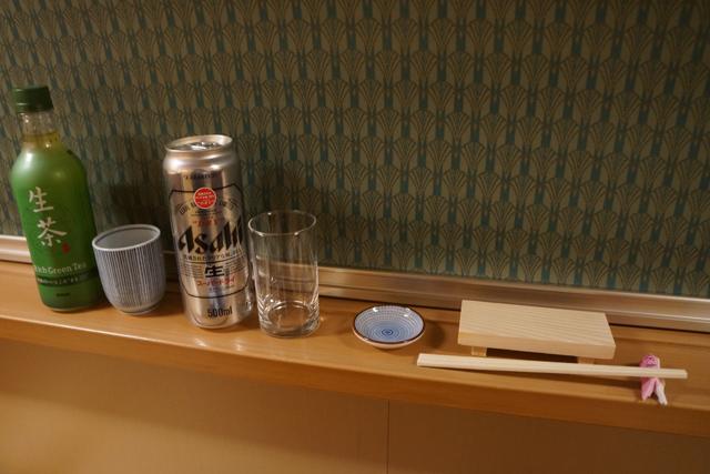 最後の「あがり」用に濃そうなお茶、100円ショップで買った湯飲みと小皿。そしてここはスーパードライで。