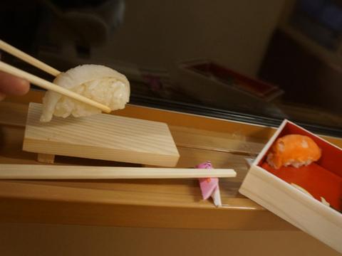 と言って、なんのことはない、パックから自分で寿司をミニ寿司下駄に並べるのである。