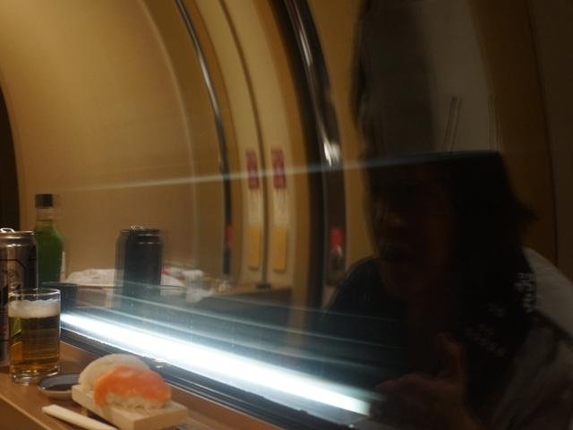 流れるトンネルの照明。これはこれで、寿司屋の冷蔵ケースっぽいかもしれないが、顔が相対的に暗くなる。