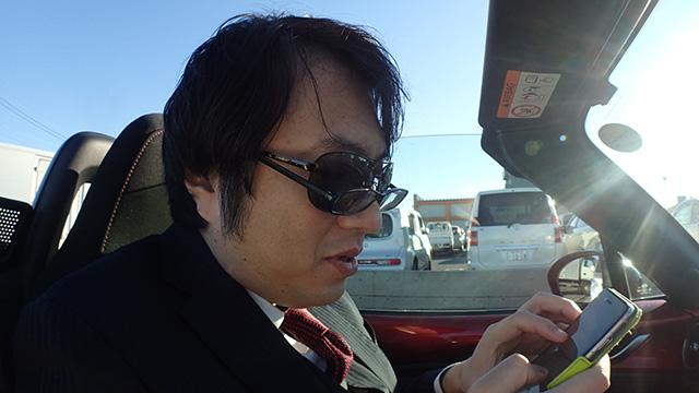 「ちょっと待って下さいね」。西村さんのサングラスには度が入っていないのでダブルメガネになる。