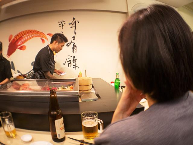 握り方を厳しくチェックする。寿司ポリスだ。