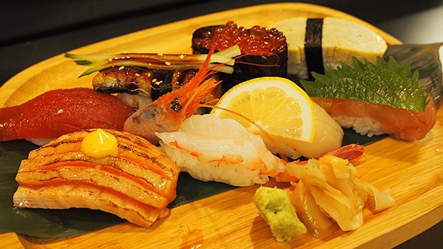 やってきた寿司セット(約2100円)。イヤッホウ!