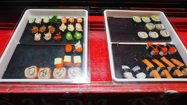 これが屋台の寿司。ああ・・・生ものが無い! なるほどそういうことか。