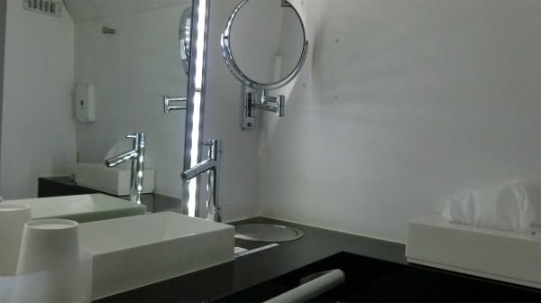 トイレはもちろん、女性にうれしいパウダールームも完備。芸能人が化粧するときにつかうやつだ!