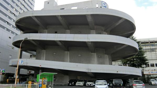 とりあえず降ろしてもらった場所にあったいい形の駐車場。