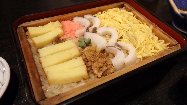 一見、ちらし寿司のようだが温かい
