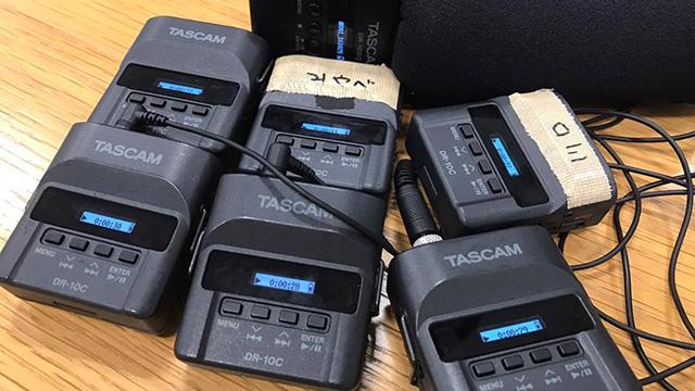 音声さんがいない。なのでメーカーからこのDR-10Cっつーのを複数借りてきた。小さいレコーダーなので一人一個ピンマイクで録音してしまいます。便利だ