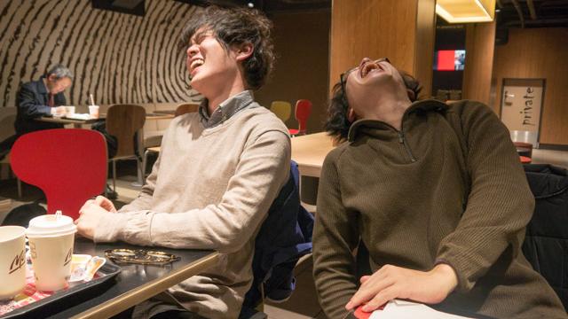 ちらっと映り込む大学生と笑う演技を練習する。たのしそうですがこの辺笑っていません
