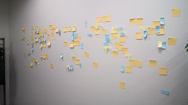 イケてる会社は壁にふせんを貼るのではないか?というアイデア。だれもイケてる会社というものを知らないので正解がわからない