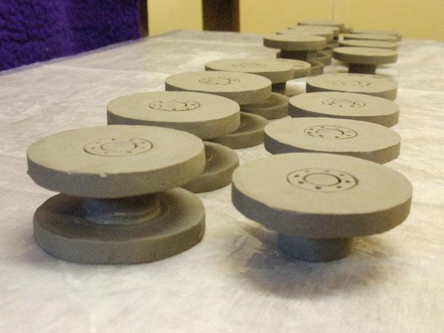 製造中に撮った写真を見せてもらう。ひとつずつ、車輪部分をきちんと車輪の形として成形し、