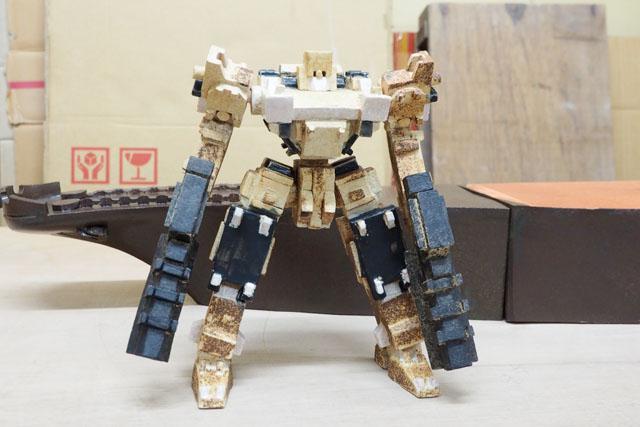 それがフレイルさんの作品では、こうなってしまう。モチーフはゲーム「アーマードコア」のロボット。メカメカしいボディが見事に陶器で再現されており、しかも当たり前のように自立している