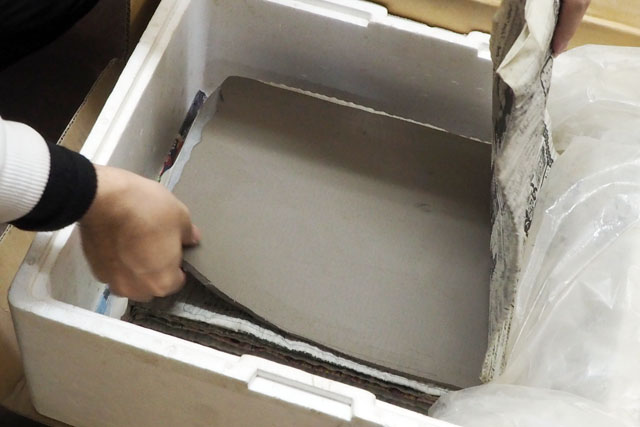 まずは原型となる板状の粘土。こねてある状態で買ってくるとのことで、山に土を取りに行ったりはしないらしい(間違った陶芸家のイメージ)。これを叩いて伸ばして、切って貼ると作品ができる