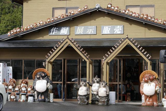 大阪から車を走らせること約2時間。信楽ICで高速を降りると、もうそこらじゅうにタヌキの群れがある。この信楽焼の有名なタヌキのデザインは、明治時代に藤原さんという陶芸家が……という歴史の部分は割愛する
