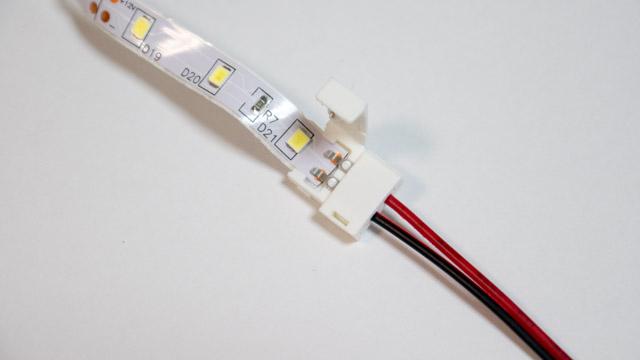 LEDテープ用のコネクタをつなげる