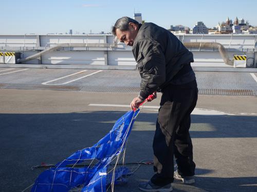 ぐるぐると巻いてあった網に園芸で使うような支柱を刺して固定していく