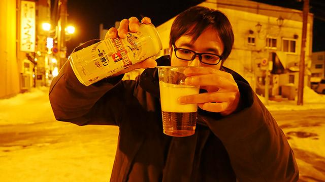ビールを注ぎ、