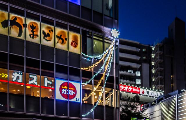 1月4日に撮影。クリスマス時期からずっとある商業施設における「年越し電飾」だ。星モチーフはもはや正月でも使えるものになりつつある。